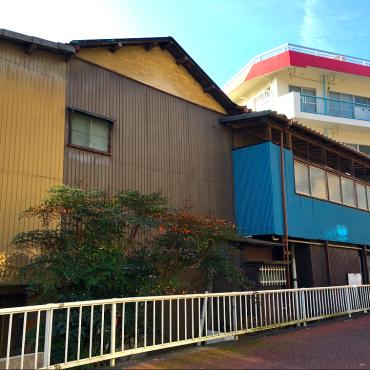 住宅街の中で見つけた3色のトタン外壁が鮮やかな「トリコロールハウス」。