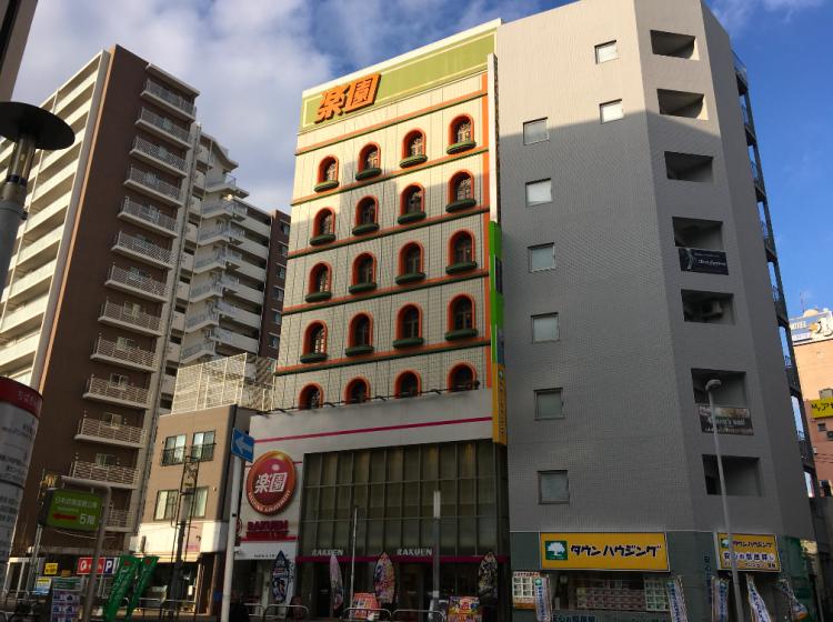 実際の「楽園」は、オレンジと黄緑が目を引くビルです。松戸駅から徒歩2分という好立地です。