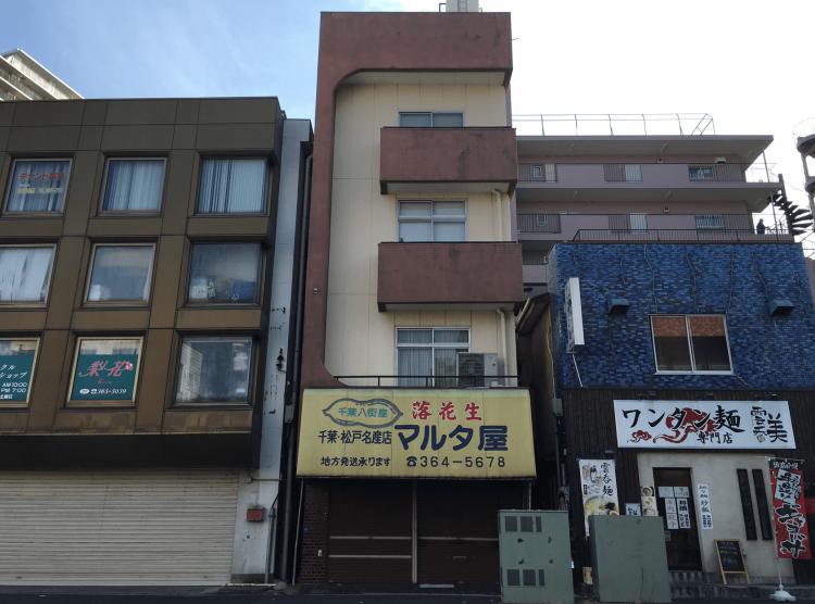 旧水戸街道沿いにある4階建てのペンシルビル「マルタ屋」。現在は空き家状態の様子です。