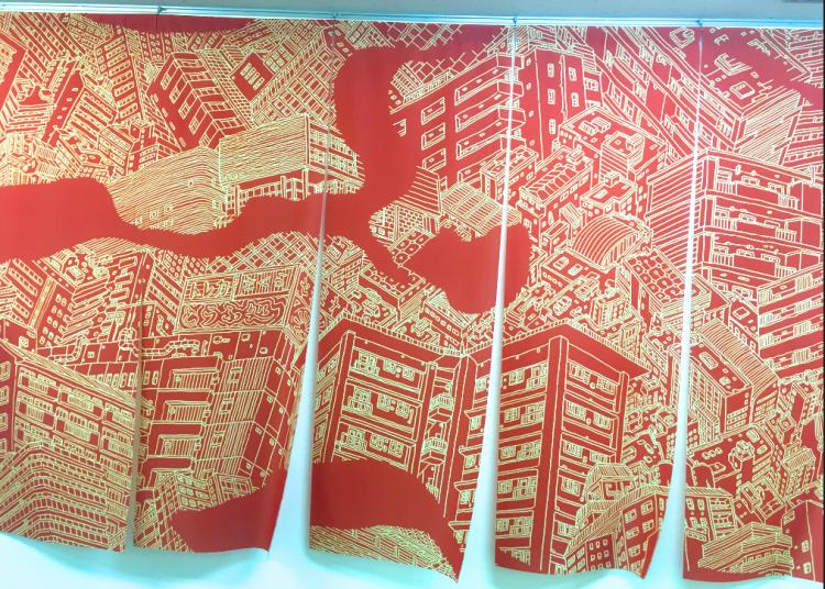松戸のまちを探索しているときによく見かけたという「のぼり旗」。下地の赤と線のベージュは、PARADISE AIRの内装の色から採用したそうです。