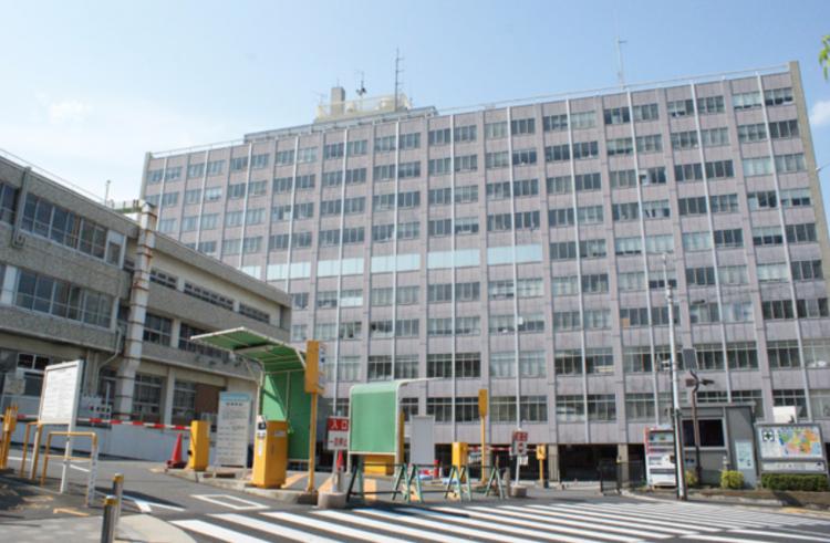 規則的に窓ガラスが並んでいる松戸市庁舎(新館)。
