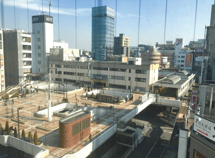 松戸駅西口の様子です。ペデストリアンデッキの下はバスロータリーです。