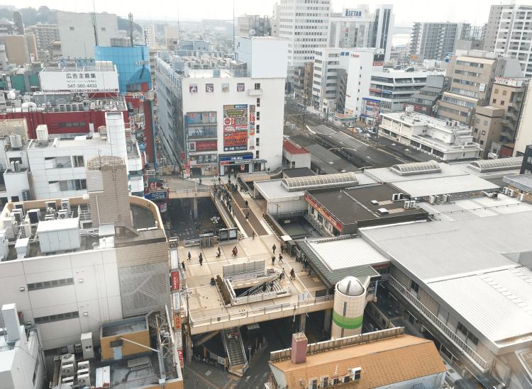 松戸駅東口の様子です。こちらもペデストリアンデッキが広がります。