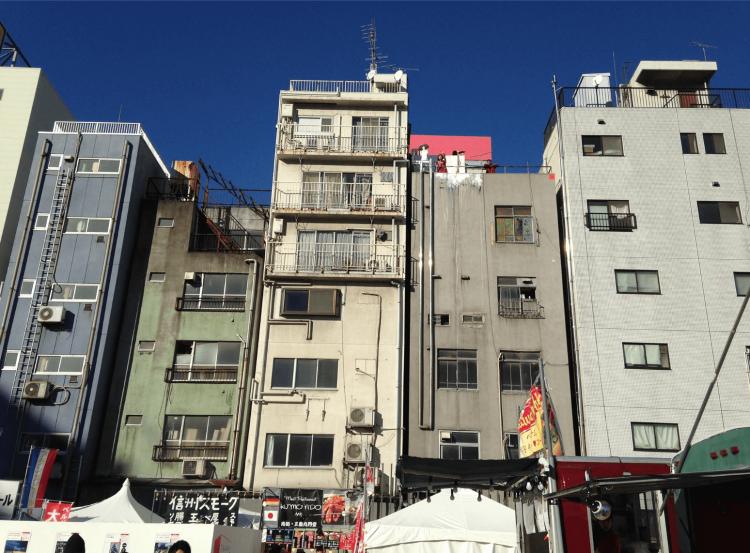 東京神田のペンシルビル群。都市の様々な空間を活用したクロスジャンルなアートプロジェクト「TRANS ARTS TOKYO」での一コマ。