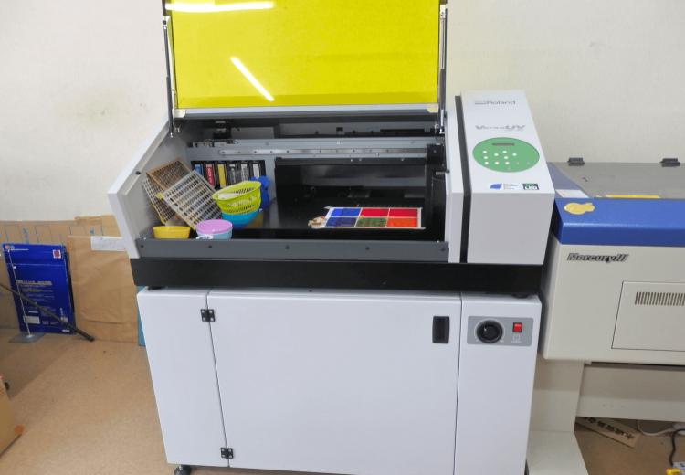 こちらがUVプリンター。UV(紫外線)硬化型インクを使用したダイレクトプリンターです。