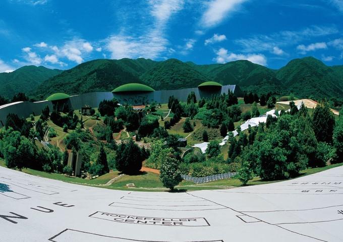 岐阜県にある「養老天命反転地」は1995年に開園。作品の中を回遊し体験することで作品を鑑賞することができるように設計されています。そのユニークで刺激的なコンセプトから、開園当初より多くの観光客でにぎわっているそう。