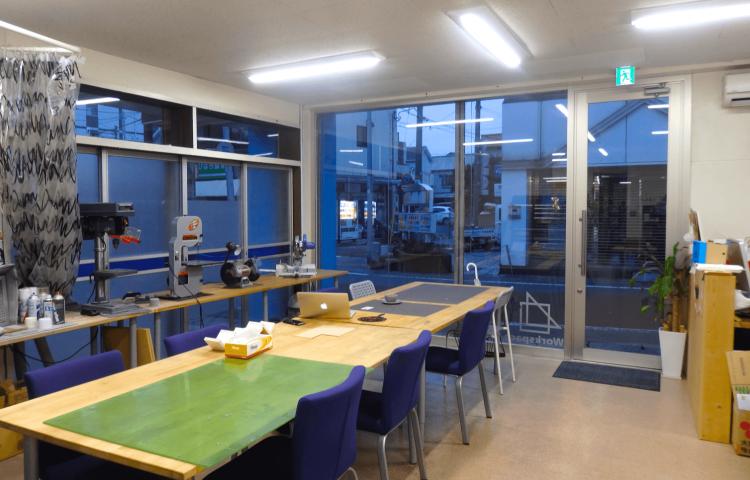 店内は大きな机が中央に置かれ、広々とした作業スペースが確保できます。