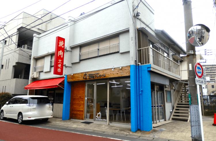 松戸駅から徒歩約7分の「工作室アルタイル」。隣は飲食店、角地ということで騒音や匂いなど、ある程度自由が利くため、工作室やアトリエ、工房に適した物件です。