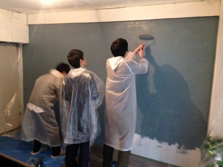 尾崎さん宅で行われた壁塗り塗装の様子。ご友人にも手伝ってもらって、なんだか楽しそうですね。