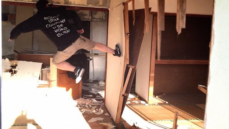 6畳2間の和室の壁を蹴破っている様子。