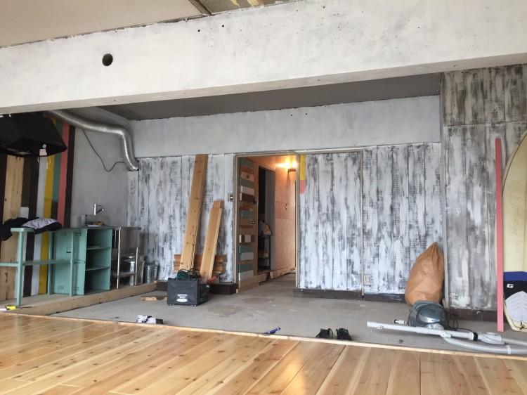 玄関廊下からダイニングキッチンのスペースのフローリングを取っ払ってコ、ンクリート状態にしているtagosakさんのお部屋。