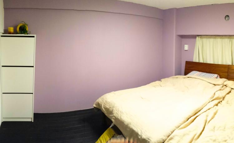 DIYで壁塗り後の様子です。壁一面が薄ピンク色に!