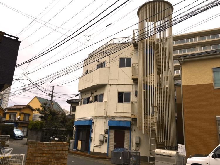 こちらの3階立てのビルは、よく見ると屋上まで螺旋階段で行けます。昇ってみたい…。