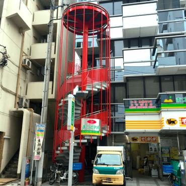 赤い螺旋階段が目立ちます。こっそり昇ってみました!