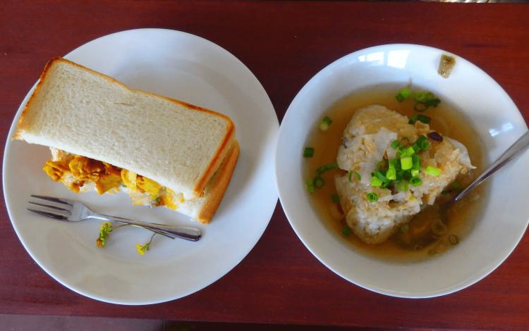 左側はサンドイッチ(コールスロー&チキン)。右側はおちゃづけ(五目おにぎり&とりがらスープ。両方とも300円カンパ制。他にもチーズケーキなんかもありましたよ。