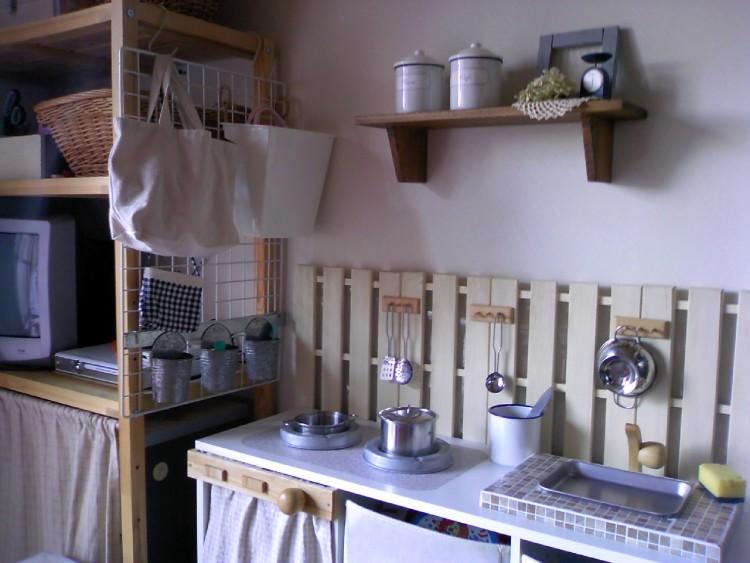 キッチン周りにすのこを並べて、穴の開けられる壁をDIY。