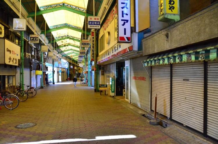 いろいろな街で寂れたシャッター通りは見かけられます。
