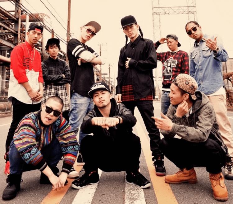 川崎の東の工業地帯で生まれ育った若者9人によるヒップホップクルー「BAD HOP」。実際に体験した貧困や犯罪、暴力が頻発する街のリアルを、ラップで表現しています。