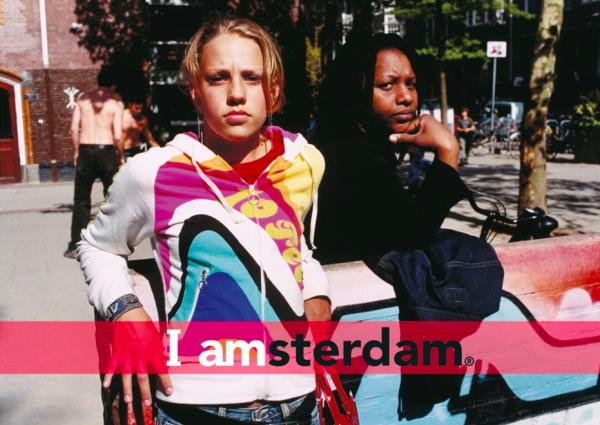 アムステダムの人たちの写真に「I amsterdam」のロゴを入れるだけでポスターや写真集に。このロゴは市民や企業が無料で使用できます。
