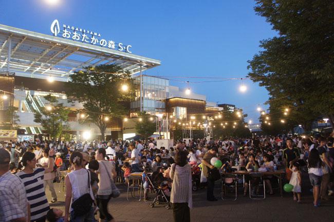 流山おおたかの森駅前広場では夏に、子供連れで楽しめるオシャレなビアガーデン「森のナイトカフェ」が開催されています。