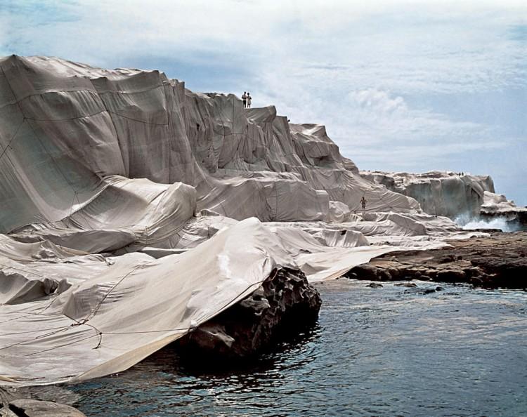 クリスト&ジャンヌ=クロード《Wrapped Coast, One Million Square Feet, Little Bay (Australia, Sydney)》 1969年