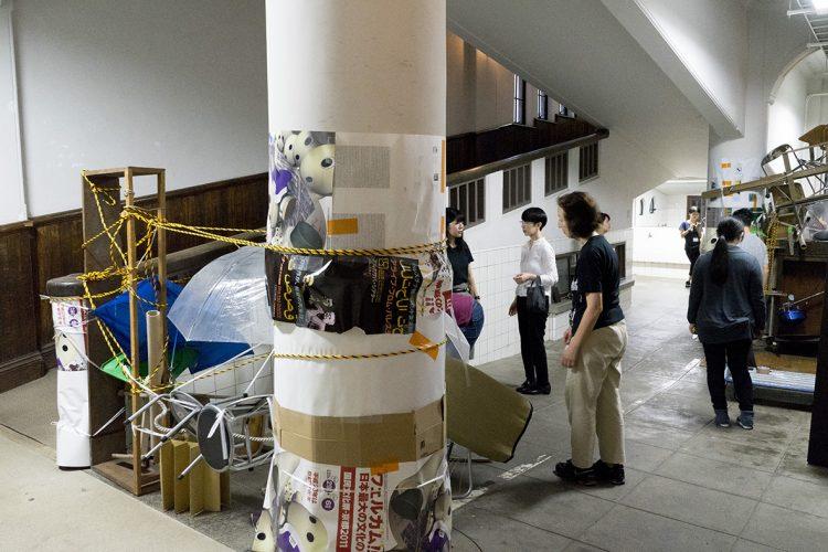 京都芸術センターでのワークショップ「モノの占拠」の様子。センター内のモノを集めて参加者と共に空間の一部を封鎖し、モノたちが空間を24日間占拠する。photo:守屋友樹