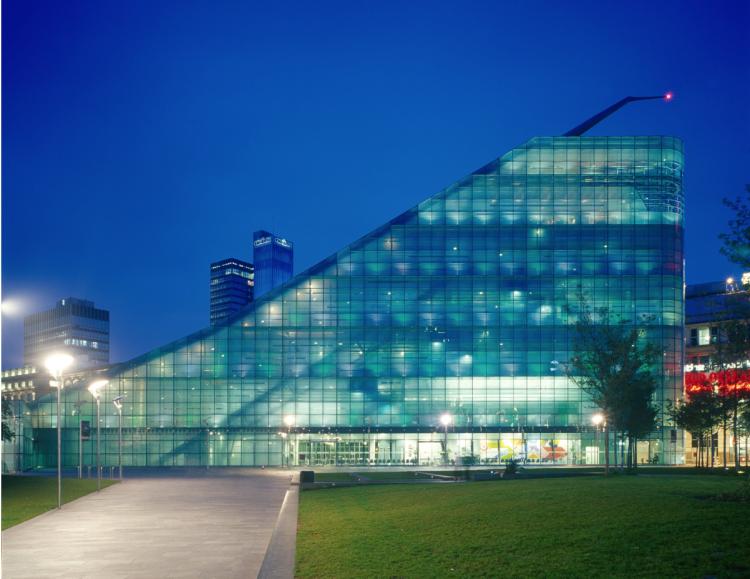 URBISの外観。ガラスのカーテンウォールの建築で、敷地の約半分は公開緑地として整備しています。
