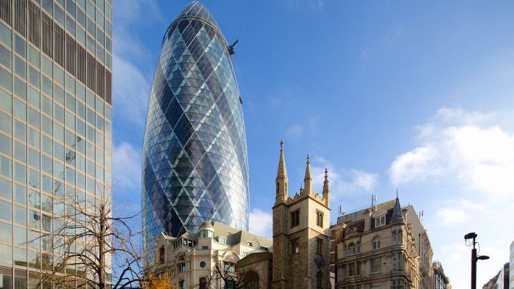 """ロンドン金融街に立つ超高層ビル""""ガーキン""""。ピクルスなどに使われるキュウリの一種ガーキンに概観が似ていることから、その愛称で親しまれています。"""