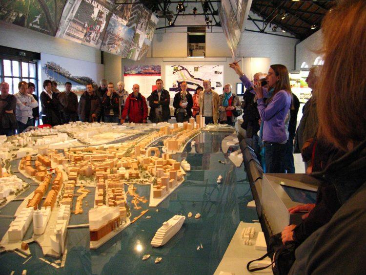 縮尺1/500、幅8m、奥行き4mの巨大都市模型を使ってガイドツアーが行われています。