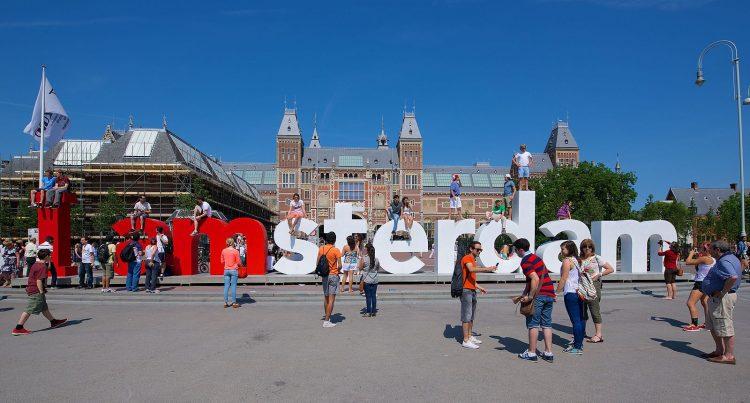国立美術館の前にあるMuseumplein(ミュージアムスクエア)と呼ばれる広場の中心に置かれている「I amsterdam」の立体ロゴ。記念撮影スポットになっています。