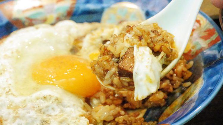 B級グルメとは、安くて庶民的でありながらおいしい料理のこと。「身近にある大衆的な普通の食べ物を楽しもう」という考え方が原点にあります。写真は愛媛県のB級グルメ「焼豚玉子飯」。