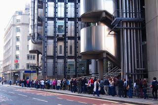 イギリスのハイテク建築の代表格「ロイズ・オブ・ロンドン」には長蛇の列。