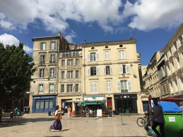 バーやレストランがひしめく小さな広場がいくつもあるボルドーの街並み。