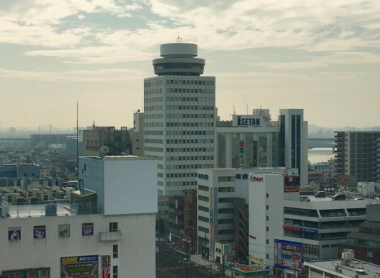 松戸ビルは1974年に完成した地上20階、地下2階建ての高層ビルです。最上階の特徴的な円形部分は、かつて回転式レストランとして営業していました。