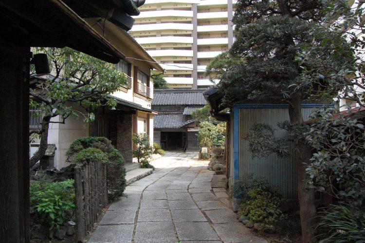 今では地域のランドマーク的な存在になっている古民家スタジオ・旧原田米店。その脇から入る庭はかなりの奥行きで裏庭まで続いており、築100年強の古民家をはじめ、昭和期の一軒家やガレージなどがアーティストやクリエイターのスタジオとして活用されています。