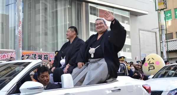 松戸駅西口周辺で行われた大関・琴奨菊の優勝祝賀パレードの様子。大勢の人で賑わいました。