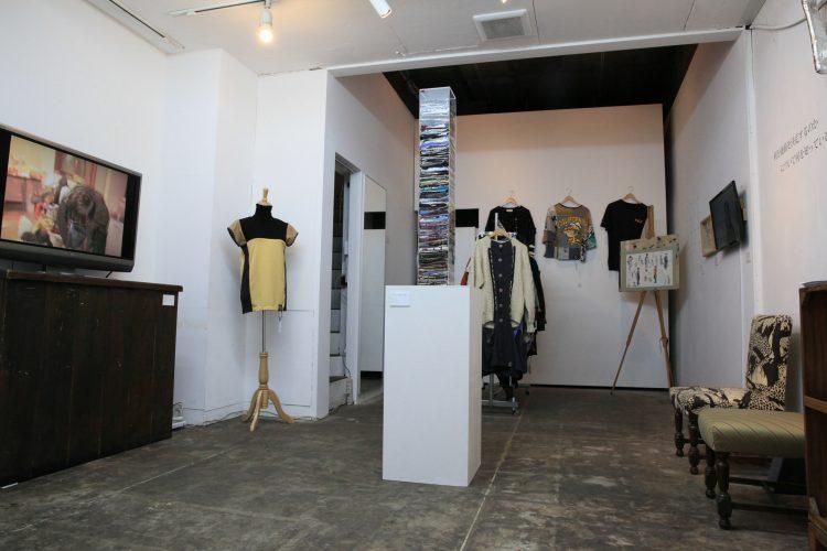 展示作品は服、彫刻、映像、買い取りレシートで構成されていました