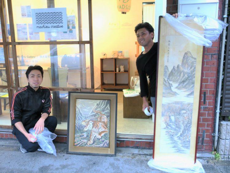 惜しまれながら閉店したお店から、アーティストの菅さん兄弟へ、絵が譲られました