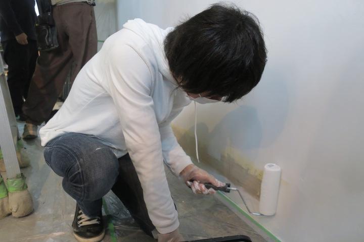 壁塗りに苦戦する武田さん。