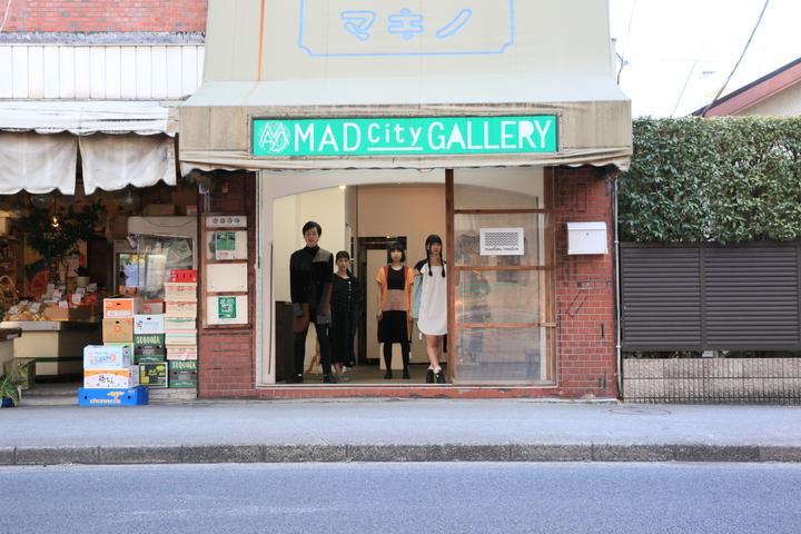 廃品回収された150着の古着をリメイクして作られた服を着て、モデルとしてアート作品の中の人にもなりました。左端が武田。