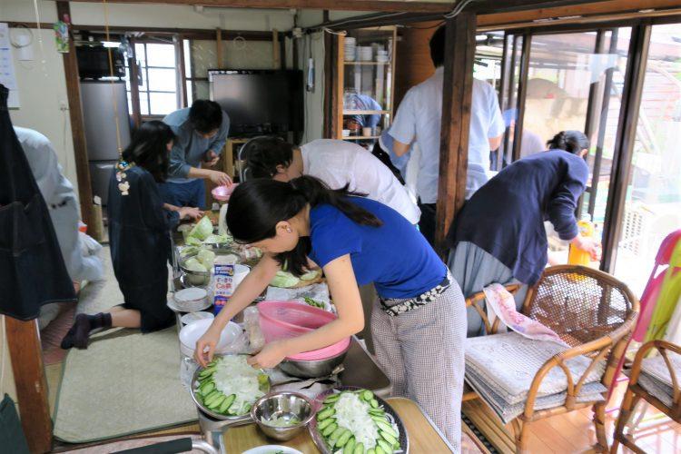 松戸のまちづくりのリビングレジェンド、榎本氏の「草里閑邸」でのバーベキュー。MAD Cityの人は皆さん手際よくてチームワーク抜群です。