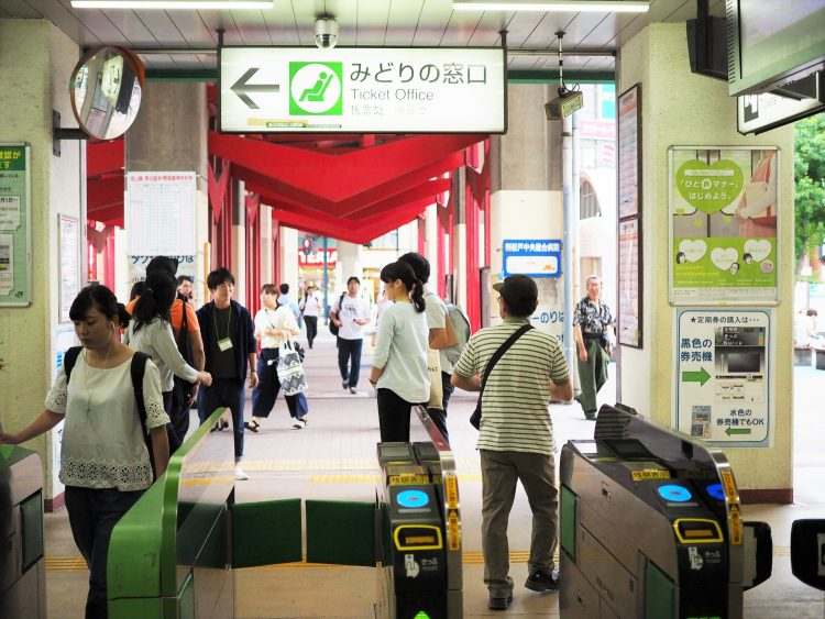 新松戸駅前は大型スーパーやパン屋さん、薬局、居酒屋、銀行などが多数あり便利な駅です。
