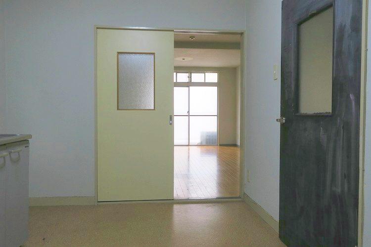 台所と奥の部屋は現状ドアで仕切られていますが、こちらをさらに抜くことも可能です
