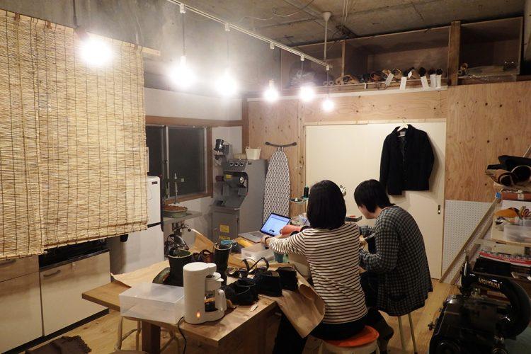 天井を抜き、新たに壁を新設し床も張り替えた全体的にリノベを施したお部屋。こちらは靴工房として使われています。