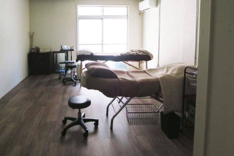 床を新しく張り替え、天井を抜くことで解放感溢れるお部屋。こちらは美容サロンとして使われています。