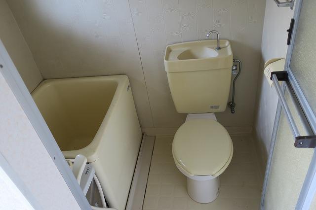 お風呂とトイレはコンパクトです。