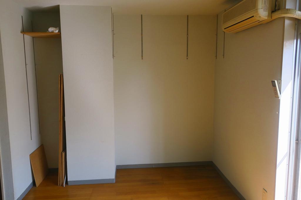 部屋隅のスペースには前入居者が付けた、棚が掛けられる金具が残してあります。